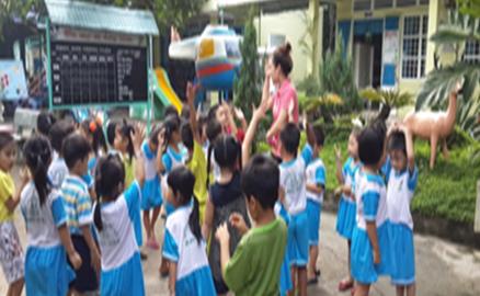 Trẻ tham gia hoạt động ngoài trời cùng cô